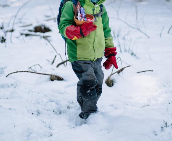 Wurzelkinder suchen Ostereier im Schnee